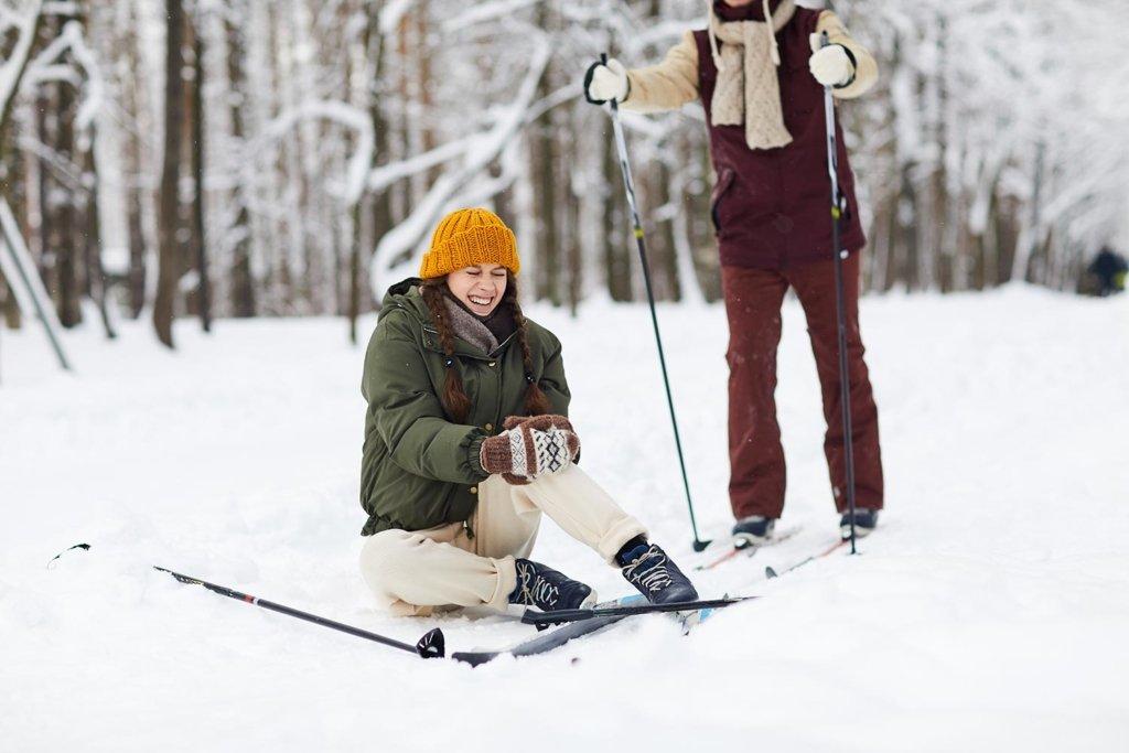Femme douleur après chute de ski