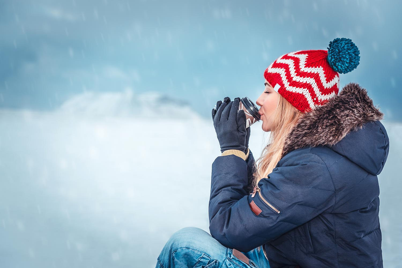 Femme buvant du Thé en hiver